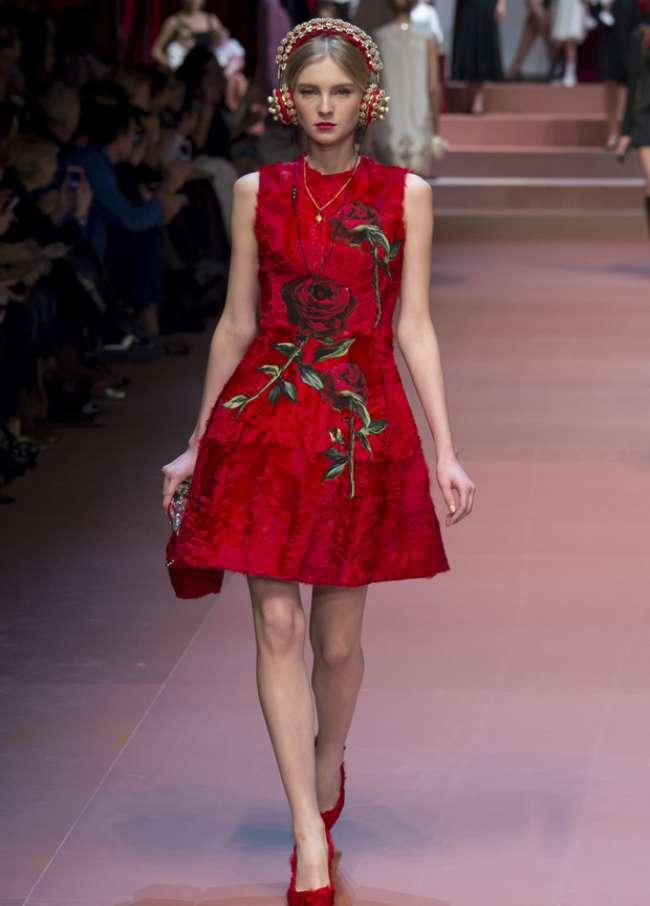 a2b8a110ba1d A-silueta dievčenské šaty opäť pripomínali seba a vrátili sa na pódium. V  jesennej a zimnej sezóne sa šaty Lolita nachádzajú v spoločnosti Dolce  Gabbana a ...
