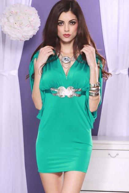 7c5bab60d0 Buďte opatrní pri výbere ďalších šperkov pod výstrihom oblečenia. Obraz by  mal byť harmonický