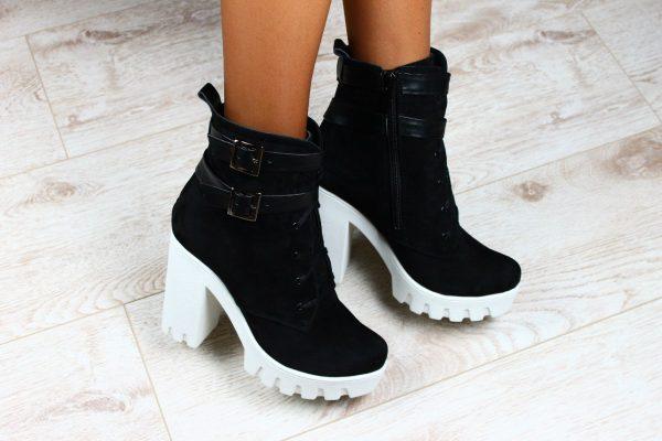 cd80b382cb32c Obuv, pančuchy, topánky s popruhmi, gumové boots - výber zimných obuvi je  široký. Tento model sa hodí do akéhokoľvek luku, či už je to romantický  alebo ...